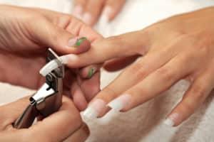 Comment enlever des faux ongles ?